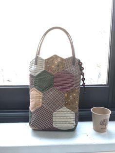 헥사곤 퀼트가방 : 네이버 블로그 Patchwork Bags, Quilted Bag, 12x12 Scrapbook Paper, Japanese Bag, English Paper Piecing, Creative Crafts, Quilting Projects, Mini Bag, Quilts