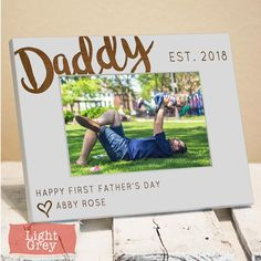 21+ Photo Frame Ideas 2019 (Design your own Picture Frame - Tips for Choosing Frame) - abrittonphotography Photo Frame Decoration, Picture Frame Decor, Wood Picture Frames, Picture On Wood, Picture Wall, Wall Picture Design, Wall Design, Traditional Family Rooms, Personalized Photo Frames