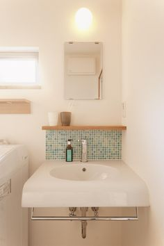 シンクのみのシンプルなデザインの洗面台。<br /> ブルーのモザイクタイルがアクセント。 専門家:スタイル工房が手掛けた、ブルーのモザイクタイルの洗面台(T邸・一番気持ちの良い場所をLDKへ)の詳細ページ。新築戸建、リフォーム、リノベーションの事例多数、SUVACO(スバコ)