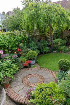Circular Garden Design, Back Garden Design, Cottage Garden Design, Small Back Gardens, Small Backyard Gardens, Small Garden Plans, Outdoor Gardens, Small Garden Landscape, Small Yard Landscaping