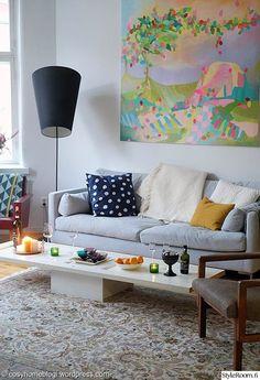 sohvapöytä,värikäs sisustus,olohuone,harmaa,taulu,jalkalamppu,sohva,tunnelmallinen,ovi,kierrätys,värikäs koti