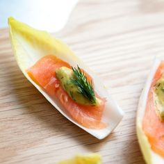 Chicory with salmon is always a delicious combination. These chicory boats with smoked salmon are no exception! Chicory with salmon is always a delicious combination. These chicory boats Homemade Recipe Books, Tapas, Wine Recipes, Snack Recipes, Food Film, Brunch, Veggie Tray, Great Appetizers, Cold Meals