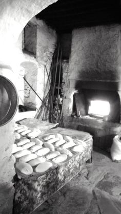 Woman from Olymbos baking homemade spinach pies (kopeles) in a traditional oven in Karpathos Mykonos Island, Mykonos Greece, Athens Greece, Japanese Restaurant Interior, Wood Cafe, Old Time Photos, Greece Pictures, Bread Art, Karpathos