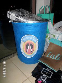 Caixa de presente imitando lata de cerveja. Cesto de roupa revestido de TNT e Rótulo impresso em papel adesivo