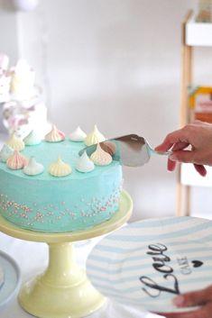 Hempeä Punaherukka-Suklaatryffelikakku sisältää Brunbergin tryffeleistä tehtyä moussea ja punaherukkaa! Tällä kakulla juhlittiin avajaisia!