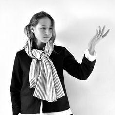 écharpe en lin rayé - VDJ,veste Uniforme en lainage noir - VDJ, blouse Uniforme en lin blanc - VDJ
