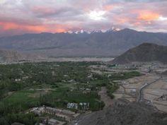 Vista de Leh, antiga cidade da Índia, região de Ladakh, tendo sido capital do reino de Ladakh. Atualmente faz parte do estado de Jammu e Caxemira, a 3.500 m de altitude, na Índia.