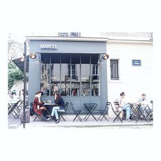 Want a chill like this! 🍸 #chillout #weekendmood #ig_paris #paris #streetscene #montmartre #parischic