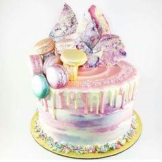 Pastel Metallic cake by @crememaisonbakery. I love these pastel and Metallic blend. I am big fan of pastels colors. The colors of this cake are so amaziiiing. Je suis fan de la couleur des morceaux de chocolat, le melange de couleur est super. #rainbow  #metallic #rainbowcake #pastel #color #star #chocolate #chocolat #chocolates #yellow  #ombre #amourducake  #whitechocolate #colorful #donut #cupcake #macaron #meringue #eclair #food #foodporn #cake #cakes #cakedesign # baker #bakery #pastry…