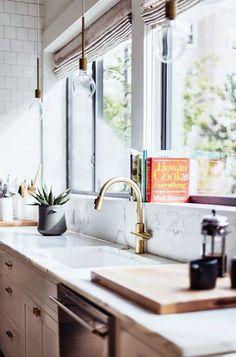 Killer combinatie: een rustieke houten keuken met strak wit marmer en industriële light bulbs. // via sfgirlbybay