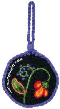 Tejiendo Peru: Adornos para el árbol de Navidad inspirados en el bordado de Ayacucho (Perú) / Christmas Tree Ornaments inspired by the embroidery of Ayacucho (Peru). The pattern and video are in Spanish but there are lots of photos and crochet diagrams too.