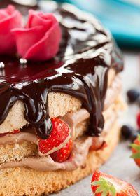 Lagkage med jordbær og chokolade