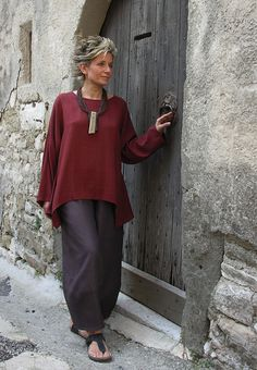 Top unstructured for women made of raw silk dark red color. sunny t · clothes - fashion over 50 - boho creative style Older Women Fashion, Over 50 Womens Fashion, Fashion Over 40, 50 Fashion, Fashion Outfits, Fashion Trends, Fashion Fall, Fashion Clothes, Mode Chic