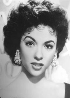 Rita Moreno , she reminds of esmerelda from the hunchback of Norte dame . Hollywood Icons, Old Hollywood Glamour, Golden Age Of Hollywood, Vintage Glamour, Vintage Hollywood, Hollywood Stars, Classic Hollywood, Hollywood Jewelry, Vintage Romance