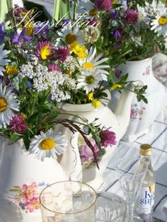 Looks like spring in a jug ! Beautiful Flower Arrangements, Beautiful Flowers, Beautiful Things, Meadow Flowers, Wild Flowers, Seed Pods, Juni, Wedding Events, Glass Vase