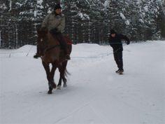 10. kalenterin luukku näyttää, miten voi yhdistää lumen, ratsastuksen ja extreme-lajin. Kuva: Ulla Becker
