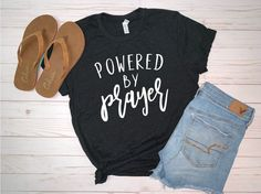 Mom Shirts Discover Powered by Prayer Tshirt Christian Shirt Faith Based Shirt Bible Verse Shirt Womens Shirt Womens Graphic Tee Vinyl Graphic Tee Vinyl Shirts, Mom Shirts, Cute Shirts, Jesus Shirts, Christian Shirts, Christian Clothing, Christian Apparel, Top Casual, T-shirts Graphiques