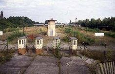 1980er West-Berlin - Westend, S-Bahnhof Olympiastadion. Vorn die alten Kassenhäuschen, hinten der Turm, dahinter Gestrüpp.