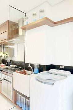 Área de serviço pequena dando continuidade à cozinha