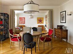 Гостиную разделяют на две части складные двери-ширмы, выполненные на заказ по эскизам Александры Вертинской. С одной стороны — телевизионная зона, с другой — столовая-кухня.