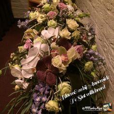 Rouwarrangement veldachtig met delphiniums orchidee wortels en rozen lila paars wit Bloem&zo bij Annemiek