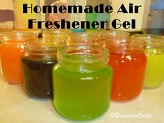 Make your own gel air freshener All you need is: 2 Envelopes unflavored Gelatin or more of some perfume or other fragrance cup hot water cup ice cold water Food coloring A small jar like a jelly or baby food jar Cleaners Homemade, Diy Cleaners, Kitchen Cleaners, Diy Cleaning Products, Cleaning Hacks, Household Products, Limpieza Natural, Homemade Air Freshener, Diy Air Freshner