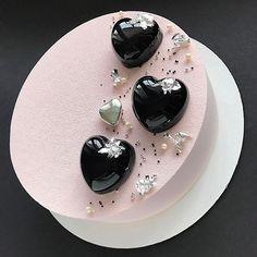 """Необычный ракурс ...и этим он мне нравится!!! Тортик для девочки.  Внутри """"Экзотик"""". Кокосовый дакуаз, хрустящий слой из белого шоколада, вафельной крошки и криспи маракуйя, начинка манго-маракуйя и кокосовый мусс Crazy Cakes, Fancy Cakes, Cute Cakes, Creative Cakes, Creative Food, Beautiful Cakes, Amazing Cakes, Decoration Patisserie, Mirror Glaze Cake"""