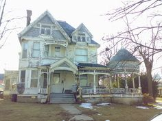This cool house in North Vernon Indiana - a shame to see such amazing architechture going to waste.  Would love to buy and restore this home.....if only it could be moved to another state....country.... :D