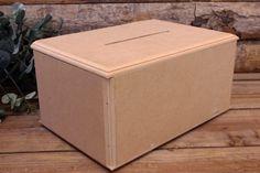 Κουτί Ευχών MDF Φυσικό  Κουτί ευχών ξύλινο, με σχισμή, σε φυσική απόχρωση. Αντικαταστήστε το βιβλίο των ευχών με μια πρωτότυπη ενναλλακτική σε ρομαντικό, vintage ύφος. Συγκεντρώστε τις ευχές των καλεσμένων σας και τις γλυκιές αναμνήσεις της ημέρας του γάμου σας σε ένα όμορφο κουτί, το οποίο θα κρατήσετε αργότερα και για το σπίτι. Γράψτε τις ευχές σας σε χάρτινα καρτελάκια, ή ξύλινες καρδιές και γεμίστε το κουτί με πολλή αγάπη.Διαστάσεις: 30x20x15 cm Container