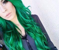 Emerald Green Hair is beautiful Emerald Green Hair, Green Hair Colors, Hair Goals Color, Cool Blonde Hair Colour, Kardashian, American Girl, Locks, Bright Hair, Colorful Hair