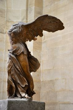 """""""Vitória de Samotrácia"""", estátua do período helenístico, que demonstra toda a leveza da escultura grega. Deusa Grega Nike (Vitória), foi descoberta em 1863, nas ruínas do Santuário dos grandes Deuses de Samotrácia."""