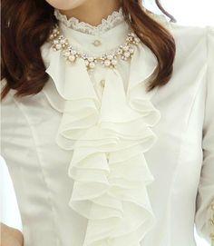 Camisa de cetim branca com gola alta e babados