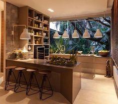 Cozinha com janelão de vidro.