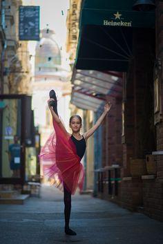 Urban Swan - micuta balerina care e fotografiata pe strazile din Bucuresti Ballet Kids, Ballet Art, Ballerina Dancing, Little Ballerina, Dance Photography Poses, Ballet Beautiful, Bored Panda, Something Beautiful, Urban
