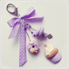 Bijoux de sac / Porte-clé Gourmandises Violet : Autres bijoux par dolcissima Cute Polymer Clay, Cute Clay, Fimo Clay, Polymer Clay Charms, Polymer Clay Creations, Polymer Clay Jewelry, Clay Projects, Clay Crafts, Clay Keychain