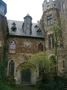 A german castle with an english ghost! Castle Ruins, Castle House, Medieval Castle, Beautiful Castles, Beautiful Buildings, Stone Cottages, Germany Castles, Fantasy Castle, Beautiful Architecture