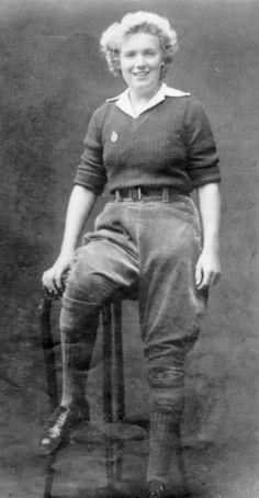 Sadie Russell, WLA (1945-1950) Army Girls, Land Girls, Army Women, 1940s Fashion, Vintage Fashion, Dig For Victory, Women's Land Army, Farm Clothes, Female Farmer