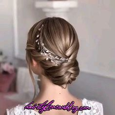look at the best bridal hair styles and tutorials we've chosen for you. - Hairstyles -Let's look at the best bridal hair styles and tutorials we've chosen for you. Curly Crochet Hair Styles, Curly Hair Styles, Peinado Updo, Hair Upstyles, Wedding Upstyles, Hair Videos, Makeup Videos, Easy Hairstyles, Hairstyle Ideas