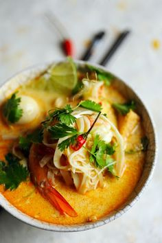 It's a spicy noodle soup recipe popular in Malaysian and Singaporean cuisine often made with coconut milk and curry broth. Find a recipe for tofu and red curry coconut laksa here. Think Food, I Love Food, Good Food, Laksa Soup, Curry Soup, Laksa Recipe, Asian Recipes, Ethnic Recipes, Healthy Recipes