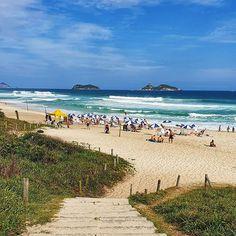 Parabéns Rio de Janeiro  minha cidade linda  pelos seus 455 aninhos! Hoje a chuva não deu trégua então a foto é de um dia qualquer de sol e praia duas coisas que nós cariocas amamos!   E vocês? O que gostam de fazer no RJ? Marque aquela pessoa que está te devendo uma viagem ou programa especial no RJ   #rio455anos #riodejaneiro #errejota #parabensrio #cidademaravilhosa #descansanavolta #blogdeviagem Foto E Video, Instagram, Beach, Water, Outdoor, Beaches, Rain, Natural Person, Travel