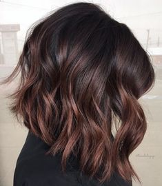 Dark Wavy Angled Long Bob Haircuts With Cherry Red Highlights - rote Frisuren Brown Hair Balayage, Balayage Brunette, Hair Color Balayage, Red Brunette Hair, Dark Balayage, Long Brunette, Brunette Color, Hair Color Dark, Ombre Hair Color