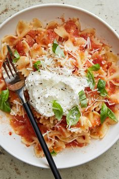 NYT Cooking: This wonderful pasta is made with nothing more than fresh tomato sauce and good ricotta, plus a little pecorino. It's most delicious if you keep the pasta quite al dente Sauce Recipes, Pasta Recipes, Sardine Recipes, Ricotta Pasta, Asparagus Pasta, Summer Tomato, One Pot Pasta, Healthy Pastas, Tomato Sauce