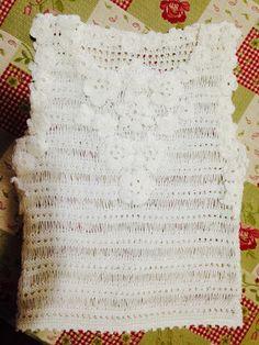 Blusa de tricô enfeitada com flores de Crochê