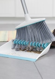 Broom groomer - Dust pan with teeth to clean out the brush Gadgets And Gizmos, Cool Gadgets, Objet Wtf, Genius Ideas, Do It Yourself Design, Cool Stuff, Clean Freak, Cool Inventions, Kitchen Gadgets