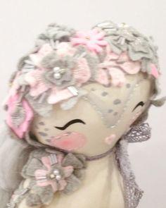 "298 Me gusta, 43 comentarios - Charismatik MUKLA DOLLS (@mukla_doll) en Instagram: ""A little fairy is waiting for her outfit👗🦋💕#mukladolls #dollmaker #ooakdoll #handmadetoys…"""