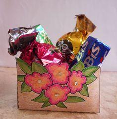 Aprenda a fazer uma lembrancinha de papel fácil para diversas ocasiões como Dia da Mulher, Páscoa, Dia das Mães ou dos Namorados. #diy #artesanato #lembrancinha