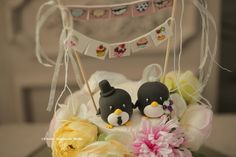 Penguins with cake banner Wedding Cake Topper #cute #handmadecaketopper #custommade #ideas #planning #cakedecor #animals #claydoll #gift #ceremony #weddingdetails #kikuikestudio #weddingbanner #ペンギン #Pinguin #manchot #pingüino