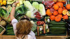 V Česku se jídlem plýtvá hlavně v domácnostech, ztrácíme k potravinám vztah, říká Adam Podhola z iniciativy Zachraň jídlo. Podle něj bychom měli začít u sebe a myslet na to, co nakupujeme.