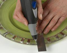 Paso 3) A continuación, tome la grabadora Dremel y grabe líneas entre las baldosas de mosaico, manteniéndolas dentro del borde y situándolas de forma aleatoria como se muestra.