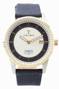 TRIWA NIBEN NIST104  TRIWA NIBEN NIST104 30240 TRIWA(トリワ)よりNIBENシリーズのご紹介です TRIWAらしいユニセックスモデルはネイビーを基調としながら イエローゴールドをアクセントに配色した大人のモデル!! レザーとキャンパスを貼り合わせたベルトが 固くなり過ぎないカジュアル感を演出しています 分単位で刻まれたインデックスとデイト表示が ファッションだけでなく実用性も兼ね備えたモデルです NIBEN(ナイベン) 予めNATOの替えベルトを楽しめるようにデザインされたモデルです 華美になり過ぎることなくスタイリッシュ60年代の クラシックなデザインを再解釈し彫りを施したフェイスと コントラストを効かせたサークルデザインが着ける人を楽しませてくれます 素材ステンレス ベルトレザーキャンバス ムーブメントクォーツ 防水性10気圧防水 保証書について 保証書は購入明細書納品書と合せて保管していただきますようお願いします 修理の際は保証書と購入明細書納品書を合わせてご提出ください